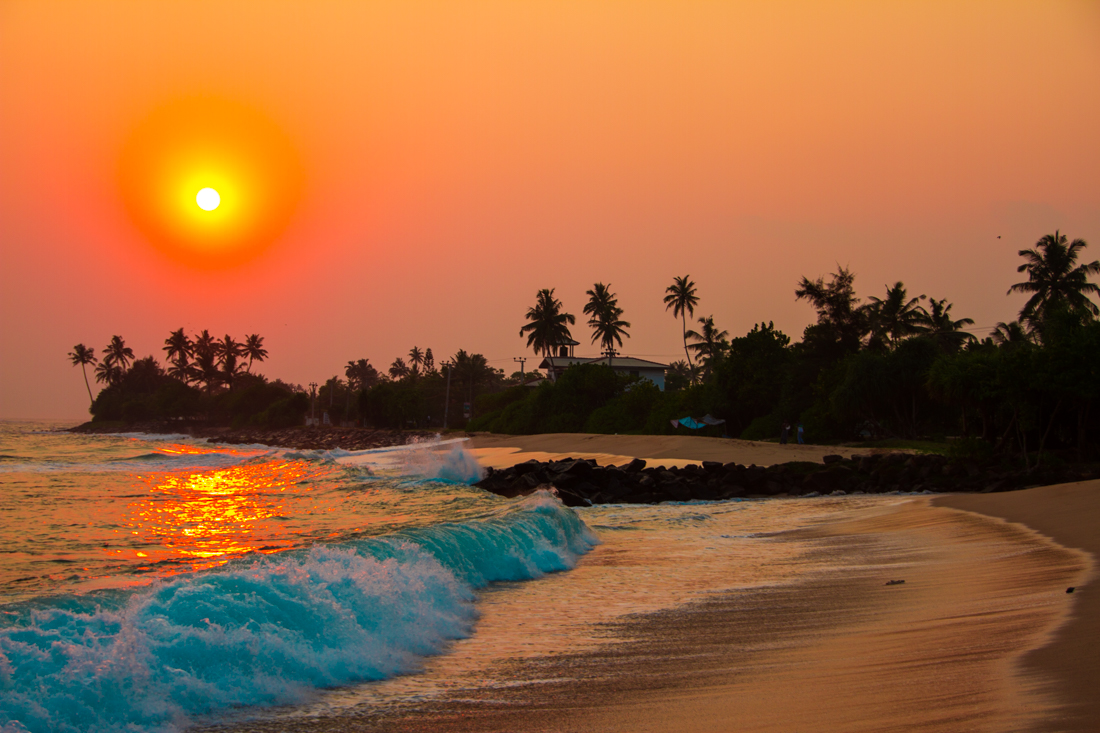 the-sidewalk-secrets-travel-blog-surf-sri-lanka-midigama-mirissa-surfing-sunset-7