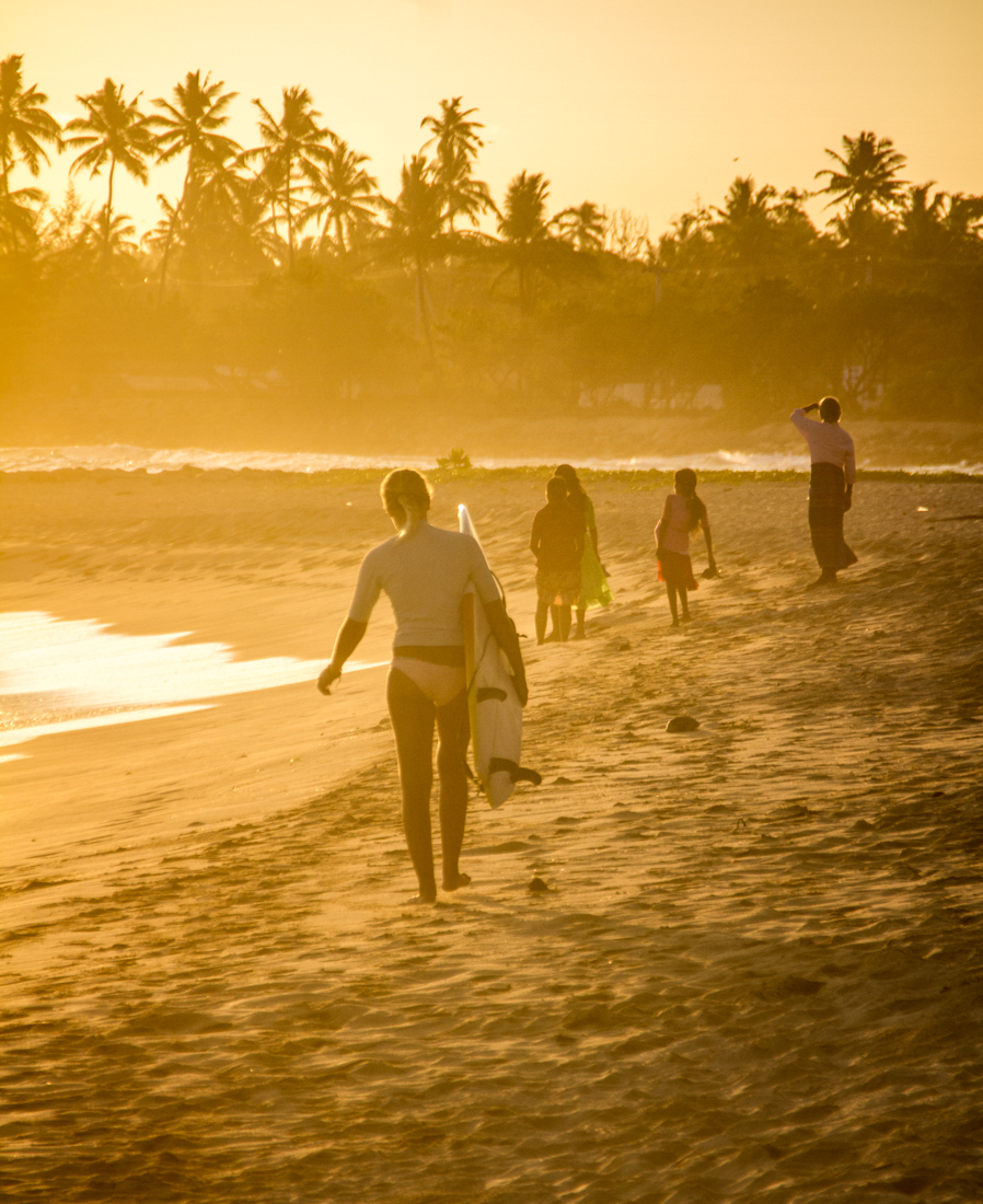 the-sidewalk-secrets-travel-blog-surf-sri-lanka-midigama-mirissa-surfing-sunset-12