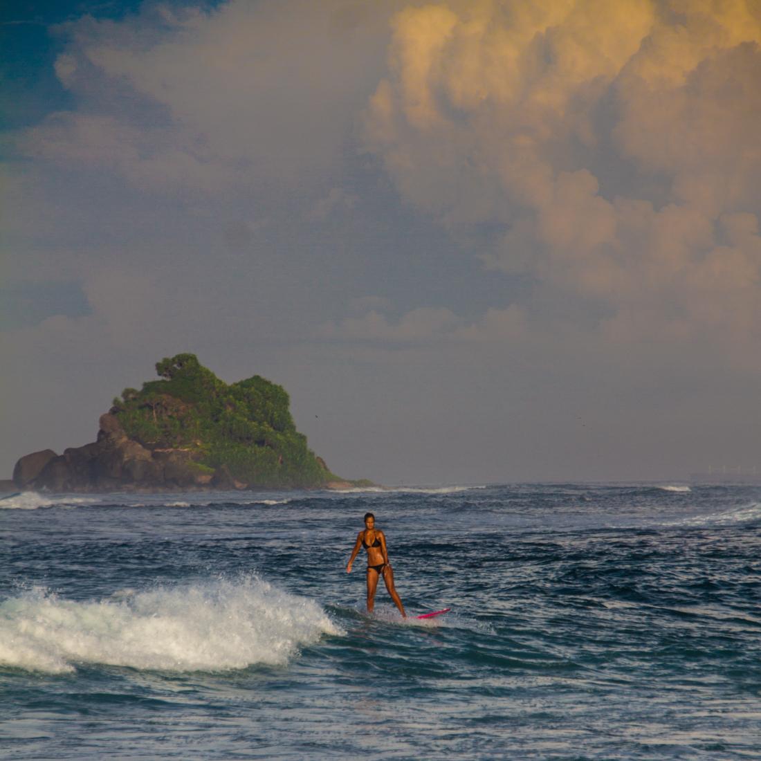 the-sidewalk-secrets-travel-blog-surf-sri-lanka-midigama-mirissa-surfing-sunset-16