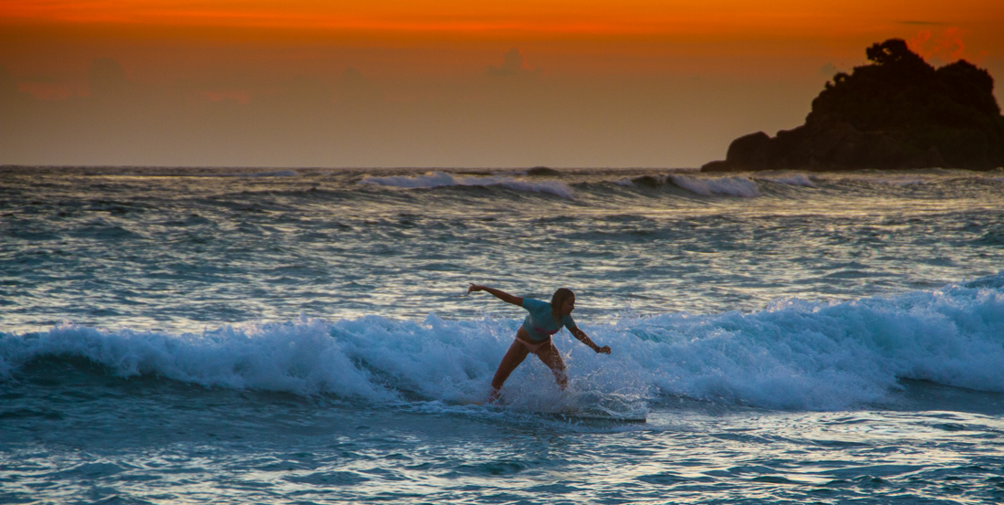 the-sidewalk-secrets-travel-blog-surf-sri-lanka-midigama-mirissa-surfing-sunset-22