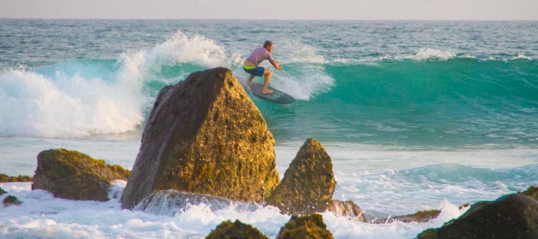 the-sidewalk-secrets-travel-blog-surf-sri-lanka-midigama-mirissa-surfing-sunset-8